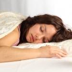 Долгий ночной сон для женщины обязателен