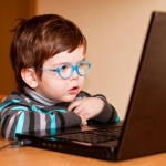 Депрессивный ребенок: что дает общение в интернете