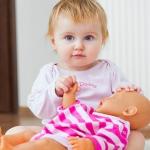 Почему маленькие мальчики играют куклами