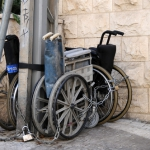 Таксист поможет инвалиду