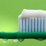 Почему не стоит глотать зубную пасту