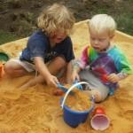 Ребенок ест песок: как помочь