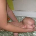 Можно ли научить плавать младенца