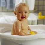 Приучаем малыша купаться самостоятельно