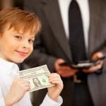 Давать ли ребенку карманные деньги