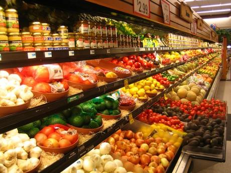 Фрукты и овощи в супермаркете