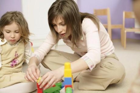 Мама с дочкой играют