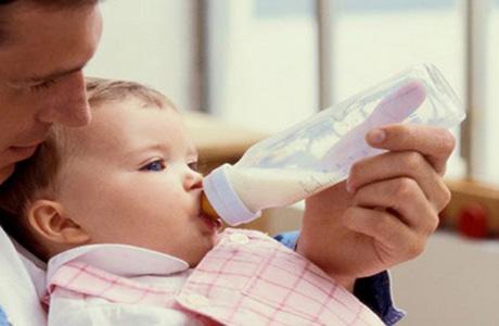 пьют из бутылочки сцеженное молоко