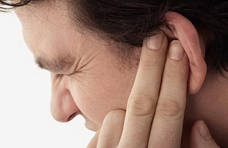 Почему появляется серная пробка в ухе