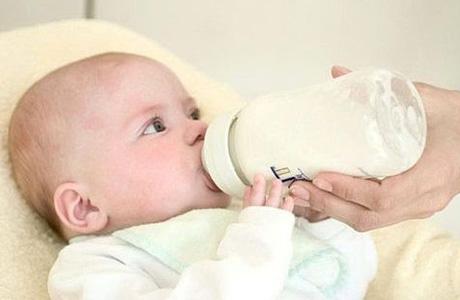 Кормим малыша из бутылочки