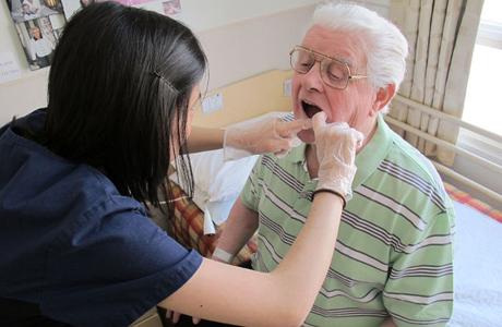 Причины и последствия выпадения зубов у пенсионеров