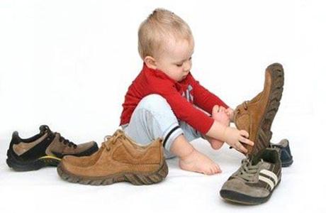 С какого возраста и какую обувь покупать ребенку