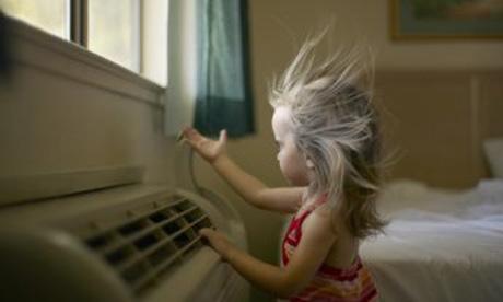 Необходимо обратить внимание на то, какая температура в комнате ребенка