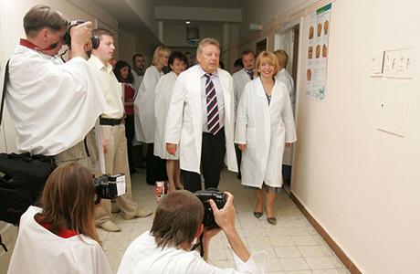 Азаров: Детская больница будущего будет построена