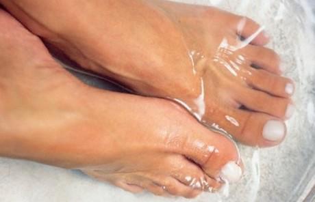 Свежие мозоли лечатся соляными размягчающими ванночками
