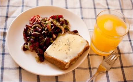 Миска каши, кусочек фрукта, тосты, и апельсиновый сок