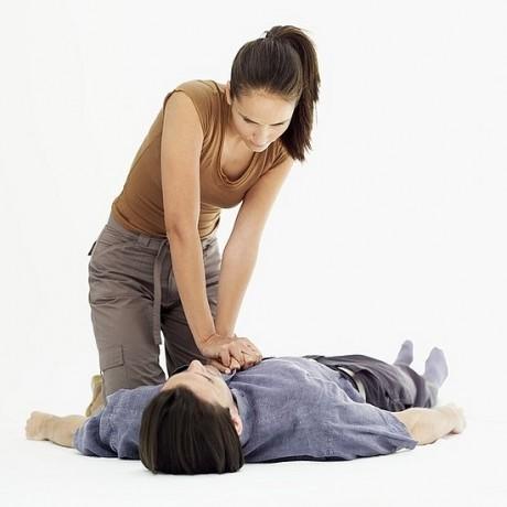 Делать закрытый массаж сердца при его остановке;