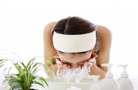 Воспользуйтесь очищающим молочком для сухой кожи