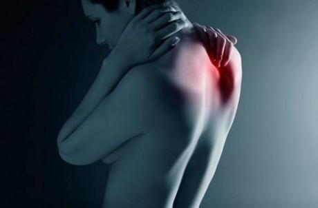 Почему может болеть в спине между лопатками