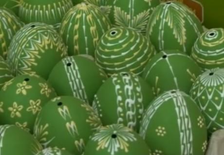 Как окрашивать яйца в травяных, лиственных отварах и в чае