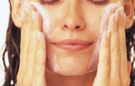 Использовать ли для очистки молочко или сливки для снятия макияжа