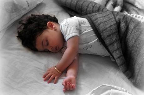Почему ребенок может во сне потеть
