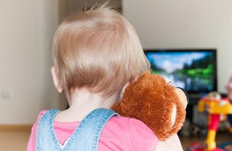 Психологи запрещают детям смотреть телевизор