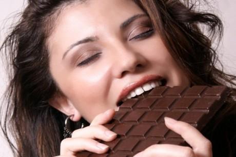 Почему перед месячными особенно очень хочется сладостей, шоколада