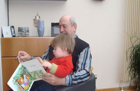Старайтесь уделять внуку как возможно больше внимания