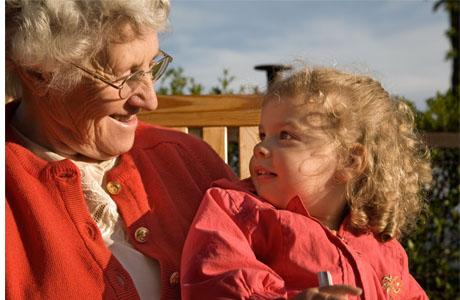 Между бабушками, дедушками и внуками существует особая связь