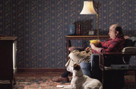 Одиночество и телевизор опасны для мужчин старше 40: доводы ученых