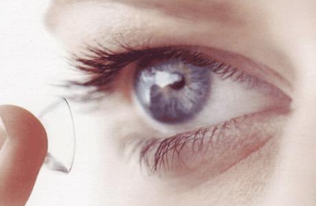 Спровоцировать появление кератита способно инородное тело (крошечные пылинки) между глазом и линзой