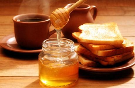 Приготовьте смесь из равных пропорций куркумы и меда